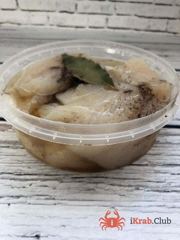 Филе трески кусочками слабой соли со специями в масле